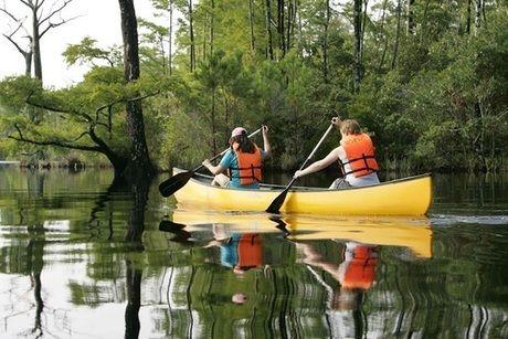 カヌーを漕ぐ女性
