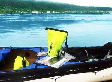 カヌーの上に置かれた防水タイプのスタッフバッグ