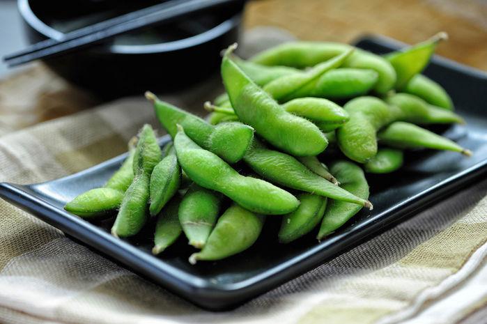 お皿に盛り付けられた枝豆