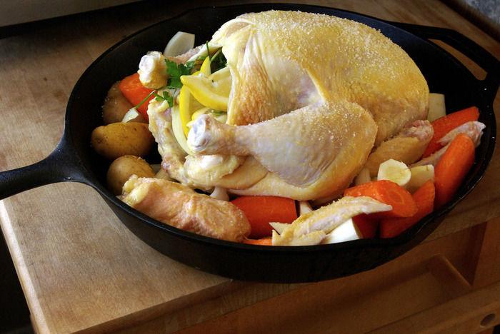 鶏肉と野菜が入ったスキレット