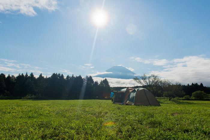 キャンプ場にたてられたテントと空に浮かぶ富士山