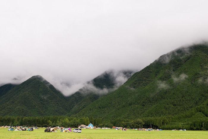 キャンプ場のテントと山