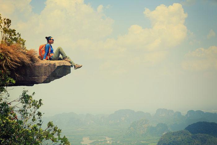 岩の上に座る女性