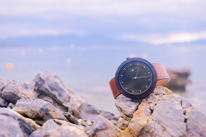 岩に置かれた時計