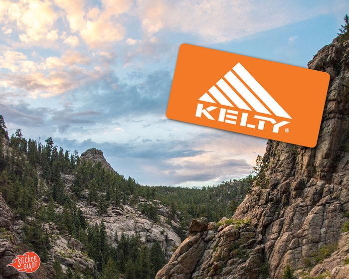 岩肌がむき出した山とケルティのロゴ