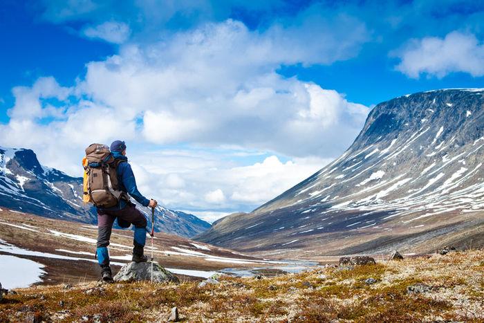 高い山を見つめる男性
