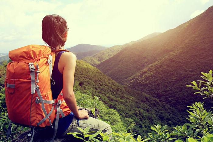 連なった山を見つめる女性