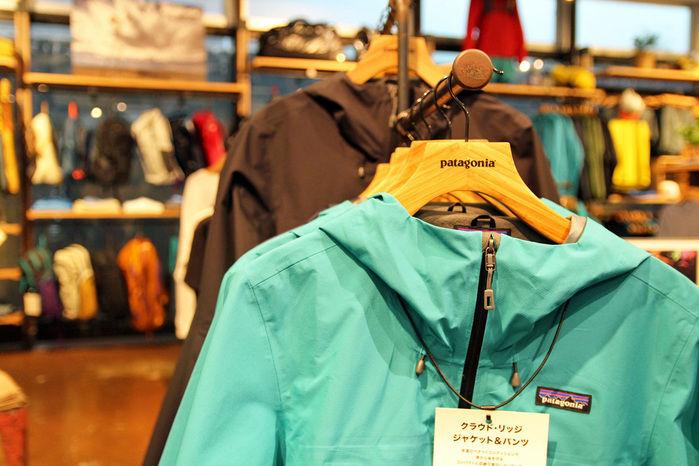 パタゴニア店舗に置かれたジャケットとテンポ内観