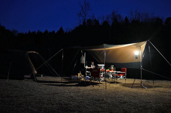 サイトランタンで明るい夜のキャンプ