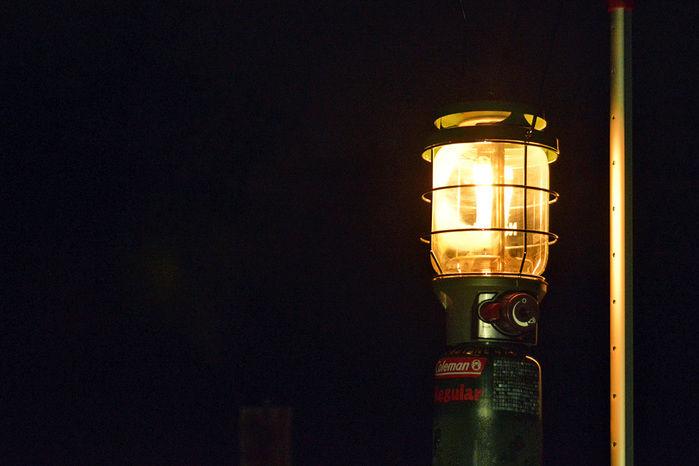 夜のキャンプを照らすサイトランタン