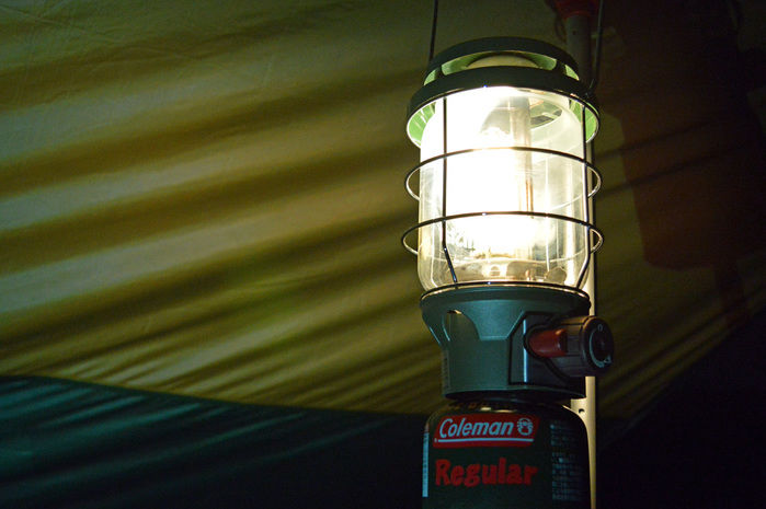 あかりの灯ったコールマンのランプ