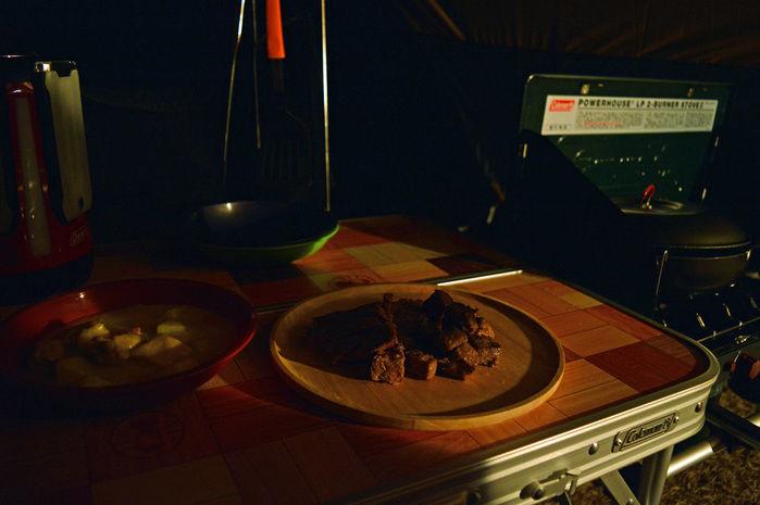 サイトランタンで照らされたテーブル