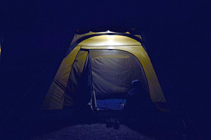 外から見た夜のテント