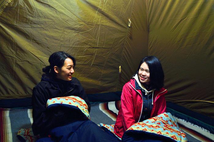 グランドシートとインナーマットが敷かれたテント内