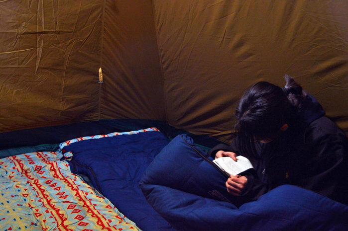 テントランタンで明るいテント内部