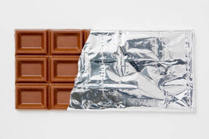 銀紙が半分剥がされた板チョコ