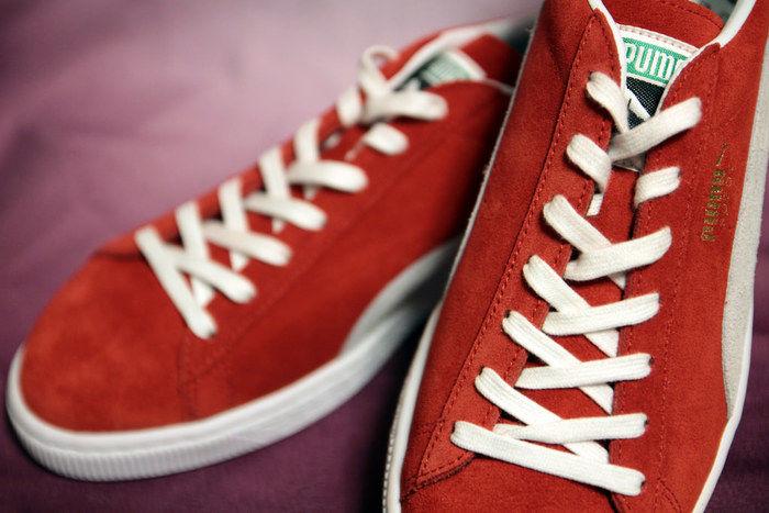 赤いプーマのスニーカー