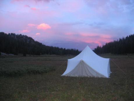 芝生の上に張られたベッケルのテント