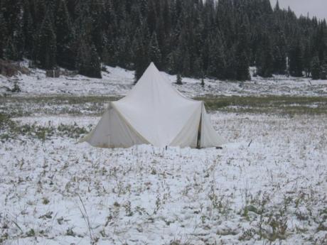雪の上に張られたEENA TTテント