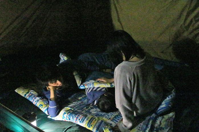 封筒型の寝袋で寝る家族