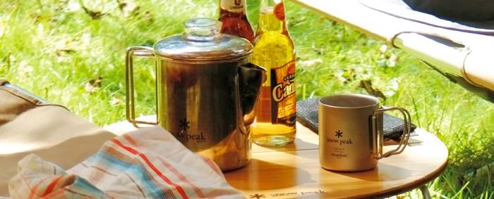 机の上に置かれたスノーピークのマグカップ