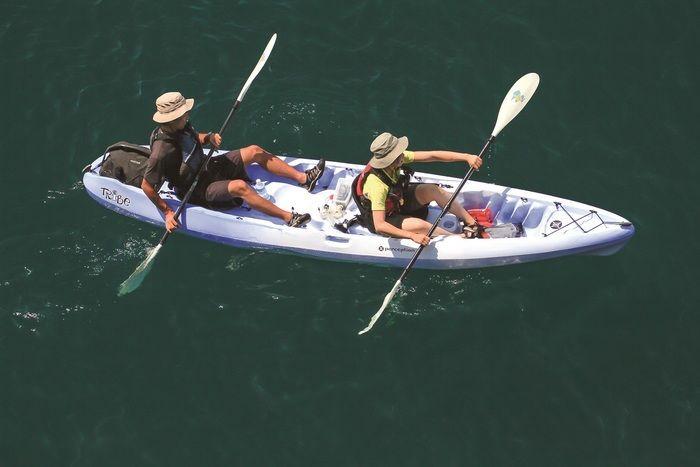 カヤックを漕ぐ二人組
