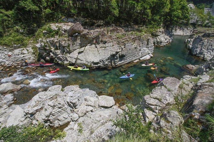 川でカヤックを漕ぐ人々