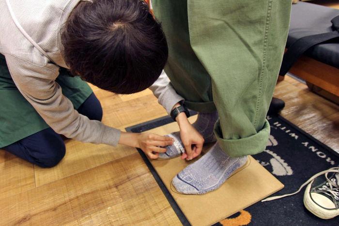 足を計測するエルブレス吉祥寺店地下1階、シューズフロア担当の大津さん