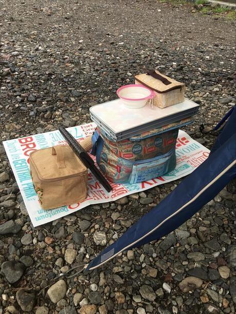 レジャーシートの上に置かれたキャンプ用具