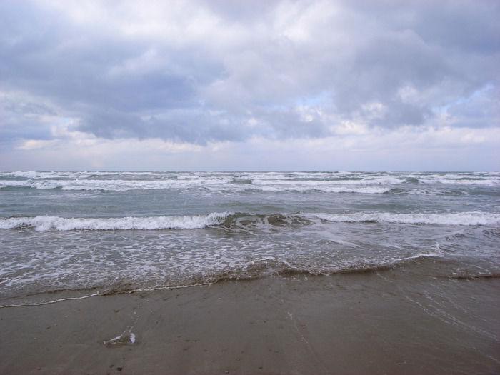 山陰海岸の砂浜と波打ち際