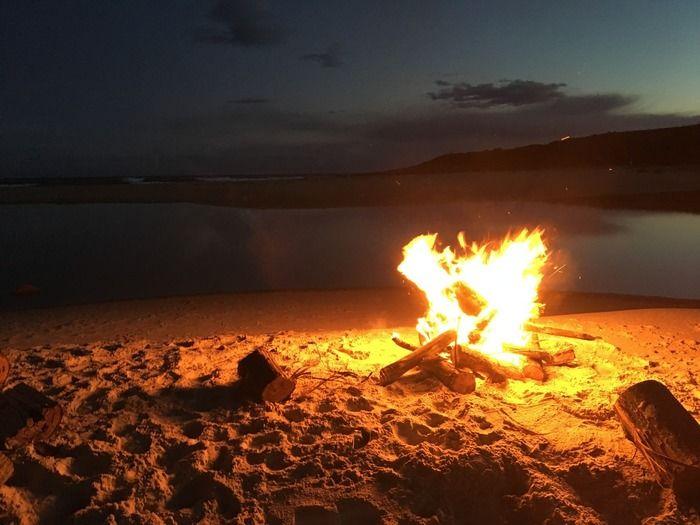 浜辺での焚火の様子