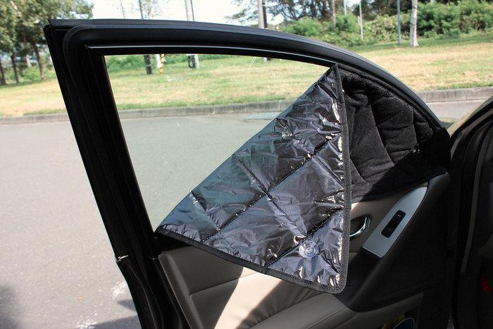 車の窓に貼られたカーテン