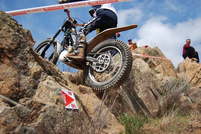 岩を登るバイク
