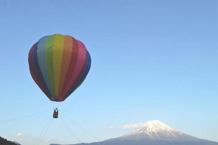 青空に浮かぶ気球と富士山