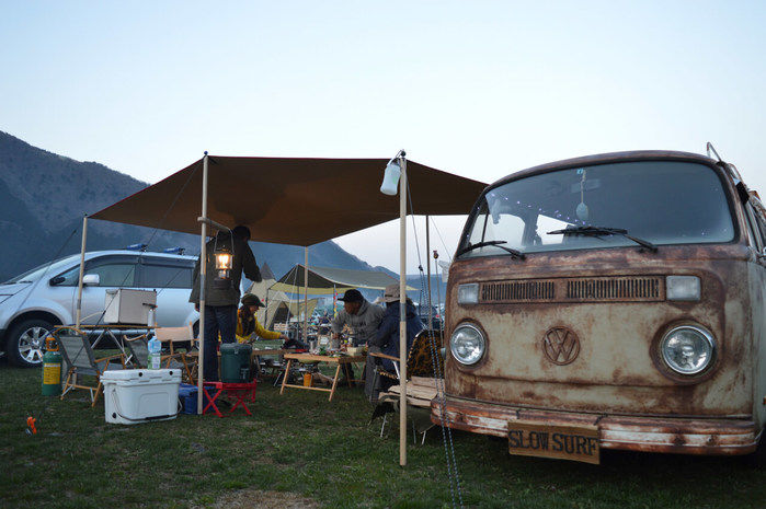 改造された車の正面とキャンプサイト
