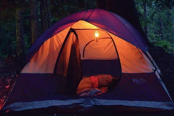 夜のテントとランタンの灯り