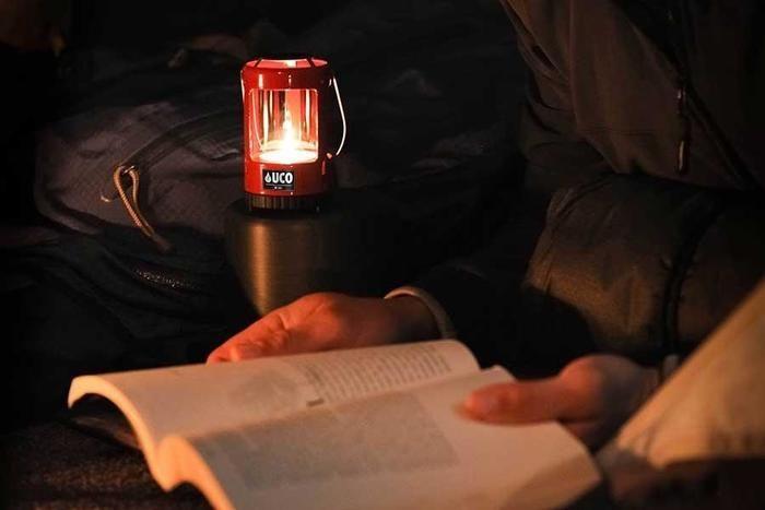 読書とランタンの灯り