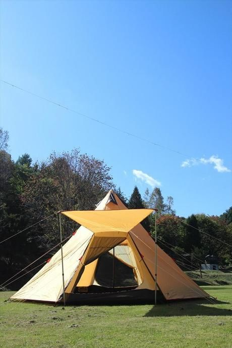 青空と張られたワンポールテント