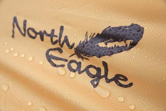 テント上のノースイーグルのロゴ