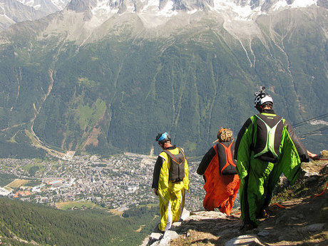 ウイングスーツをきて山を歩く人たち