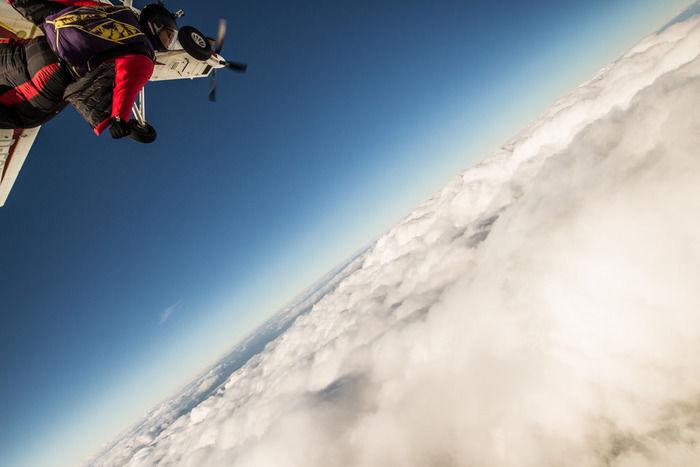 雲の上でウィングスーツフライングをする様子