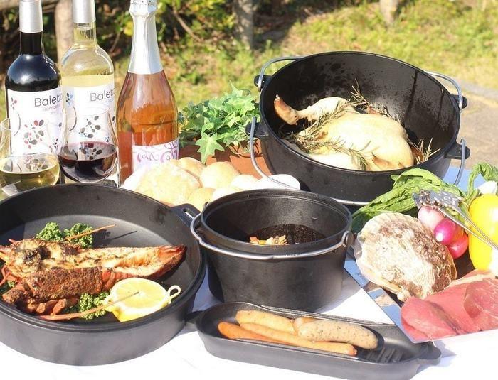 グランピングの豪華な料理とワインボトル