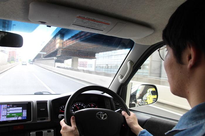 キャンピングカーを運転している男性
