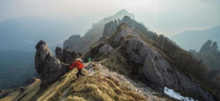 山頂にいる男性