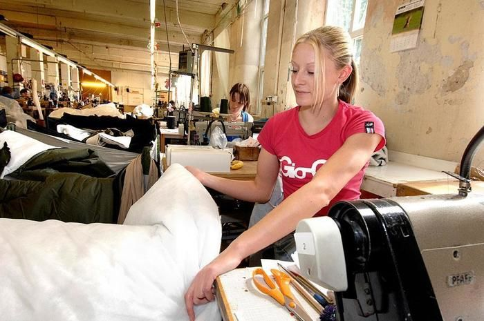スナグパックの工場で作業する女性