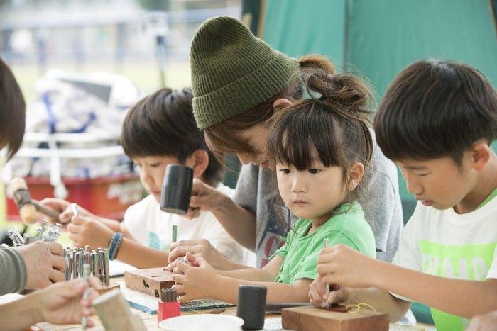コールマンアウトドアリゾートパーク2017のワークショップに参加する子供