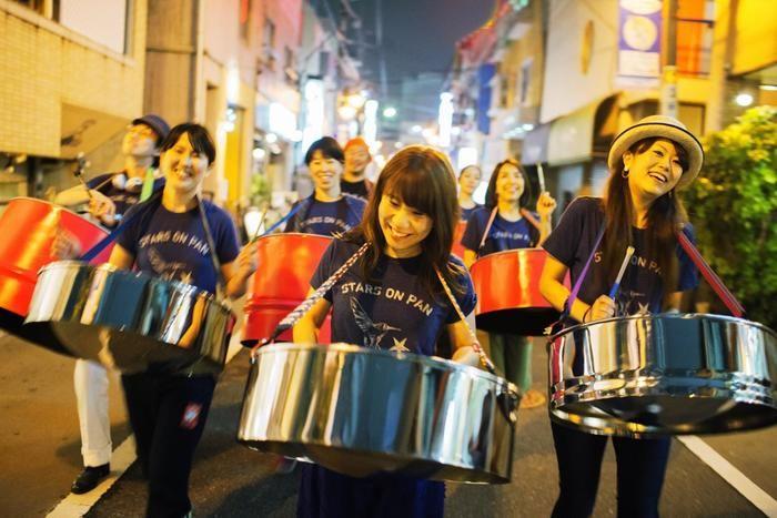 ドラムをたたいて行進する人々