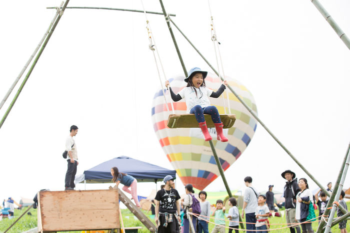 タイニーガーデンフェスティバルないの巨大竹ブランコを楽しむ女の子