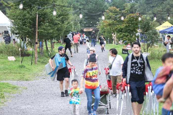 タイニーガーデンフェスティバルでキャンプギアを運ぶ人々