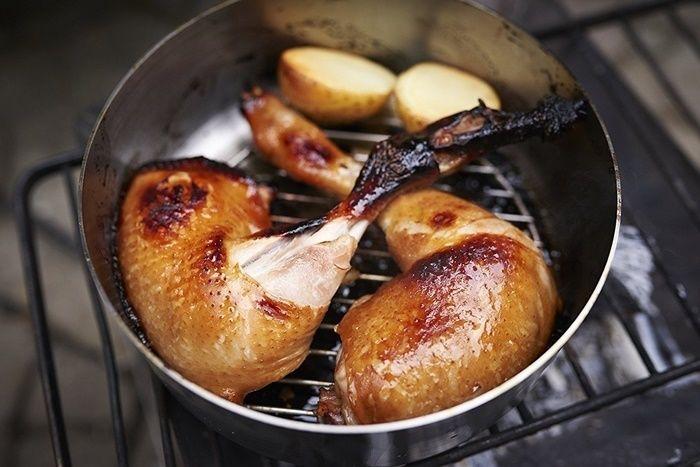ステンレス製のダッチインダッチオーブンで調理される鶏肉